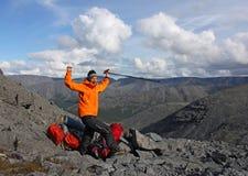 La ragazza ha raggiunto la cima della montagna e si rallegra Fotografia Stock