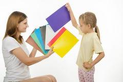 La ragazza ha scelto la giusta immagine per fare il colore avverato Fotografia Stock