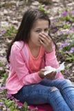 La ragazza ha sintomi del raffreddore da fieno Fotografia Stock