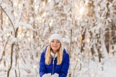 La ragazza ha un resto nel legno dell'inverno fotografia stock libera da diritti