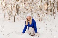 La ragazza ha un resto nel legno dell'inverno fotografie stock