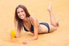 La ragazza ha un resto su una spiaggia di legno Fotografia Stock