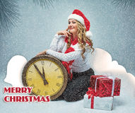La ragazza ha vestito nella tenuta del cappello di Santa con le decorazioni di Natale fotografie stock