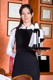 La ragazza il cameriere con un cassetto con vino immagine stock libera da diritti