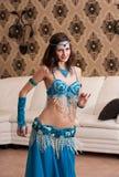 La ragazza il danzatore del ballo orientale Immagine Stock