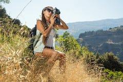 La ragazza il viaggiatore con la macchina fotografica Immagini Stock Libere da Diritti