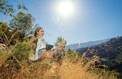 La ragazza il viaggiatore con la macchina fotografica Fotografia Stock Libera da Diritti
