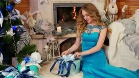 La ragazza imballa un regalo, le preparazioni per la riunione del nuovo anno, scatola di bendaggio femminile con un regalo un nas archivi video