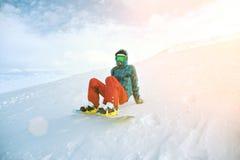 La ragazza impara lo snowboard in montagne all'inverno Immagini Stock Libere da Diritti