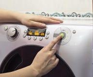 La ragazza include una lavatrice, un primo piano, lavante fotografia stock libera da diritti