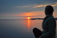La ragazza incontra l'alba sul lago Fotografia Stock Libera da Diritti