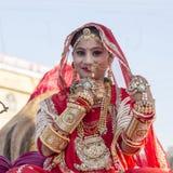 La ragazza indiana che porta il vestito tradizionale da Rajasthani partecipa al festival del deserto in Jaisalmer, Ragiastan, Ind fotografie stock libere da diritti