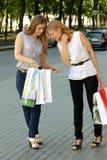 La ragazza indica al suo amico che ha comprato Fotografia Stock