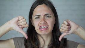 La ragazza indossa i ganci sui suoi denti disagio, dolore video d archivio