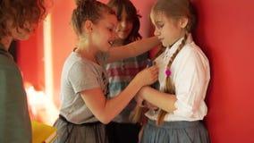 La ragazza insolente insulta il suo compagno di classe Gruppo di adolescenti, conflitto nell'aula Un gruppo di scolari in video d archivio