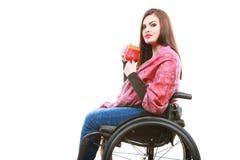 La ragazza invalida della donna sulla sedia a rotelle tiene la tazza del tè fotografie stock libere da diritti