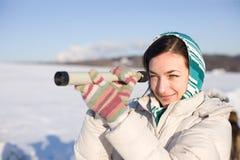 La ragazza in kerchief cattura uno sguardo in cannocchiale sul campo Fotografie Stock