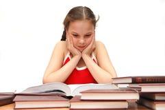 La ragazza l'adolescente legge i libri Fotografia Stock