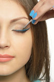 La ragazza la dipinge occhi Fotografie Stock