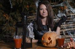 La ragazza la strega in un vestito per Halloween fotografia stock
