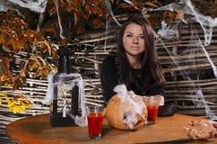 La ragazza la strega in un vestito per Halloween fotografia stock libera da diritti