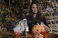 La ragazza la strega in un vestito per Halloween immagini stock libere da diritti
