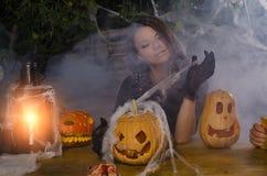 La ragazza la strega in un vestito per Halloween immagine stock