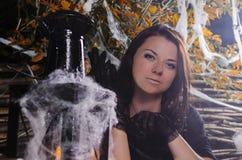La ragazza la strega in un vestito per Halloween fotografie stock libere da diritti