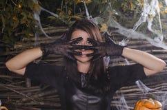 La ragazza la strega in un vestito per Halloween fotografie stock