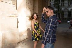 La ragazza lascia il tipo Coppie felici e amorose, famiglia ragazza di estate in un vestito una data nella città fotografia stock