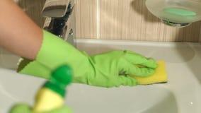 La ragazza lava il lavandino in bagno con una pezzuola per lavare archivi video