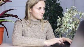 La ragazza lavora al computer portatile video d archivio
