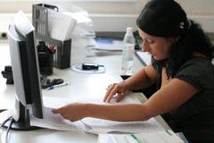 La ragazza lavora in ufficio Fotografie Stock Libere da Diritti