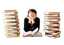 La ragazza legge i libri immagine stock