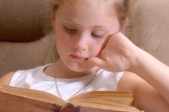 La ragazza legge il vecchio libro Fotografia Stock Libera da Diritti