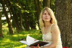 La ragazza legge la bibbia Fotografie Stock