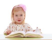 La ragazza legge un libro immagini stock