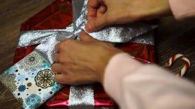 La ragazza libera un arco sul regalo video d archivio