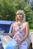 La ragazza in macchina cerca la strada su un programma Fotografia Stock