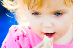 La ragazza mangia Immagini Stock
