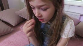 La ragazza mangia i mandarini