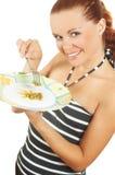 La ragazza mangia i piselli in scatola da una spina Immagine Stock Libera da Diritti