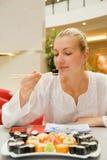 La ragazza mangia i sushi Immagine Stock Libera da Diritti