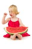 La ragazza mangia il cucchiaino da tè del melone Immagini Stock Libere da Diritti