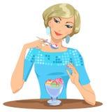 La ragazza mangia il gelato Fotografia Stock