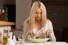 La ragazza mangia l'insalata Immagini Stock Libere da Diritti