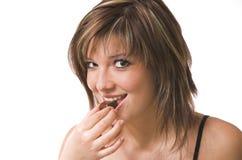 La ragazza mangia un dolce Immagine Stock Libera da Diritti