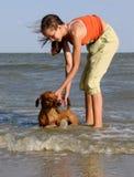 La ragazza, mare dell'estremità di cane Immagini Stock Libere da Diritti