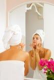 La ragazza massaggia il suo fronte fotografie stock