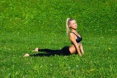 La ragazza medita nella posizione di yoga Fotografia Stock